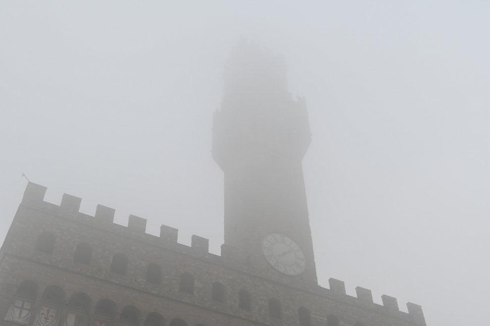 Il risveglio di Firenze, avvolta dalla nebbia
