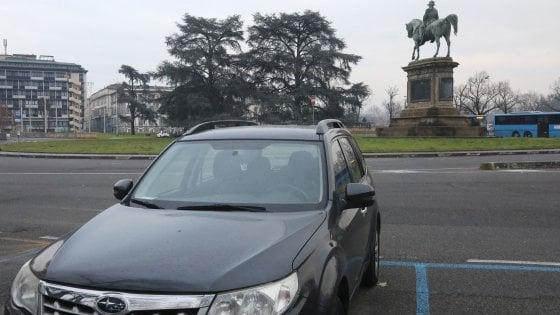 Firenze, parcheggiatori abusivi: il capo del controllo Sas straccia la multa dell'amico. C'è un video