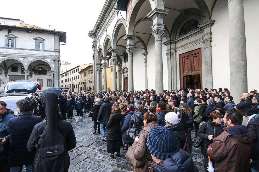 Il funerale di Niccolò Bizzarri, una folla commossa alla SS. Annunziata