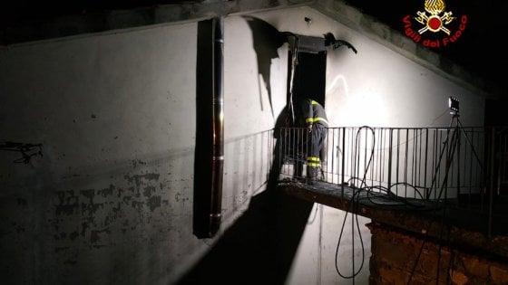 Lucca, fiamme in casa: morta 14enne, ustionato il padre. La madre ferita in un incidente stradale
