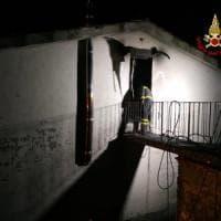 Lucca, fiamme in casa: morta 14enne, ustionato il padre. La madre ferita
