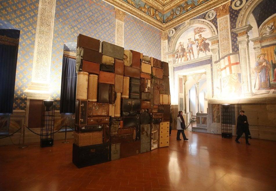 Esuli di ieri e di oggi, a Firenze il muro di valigie per non dimenticare
