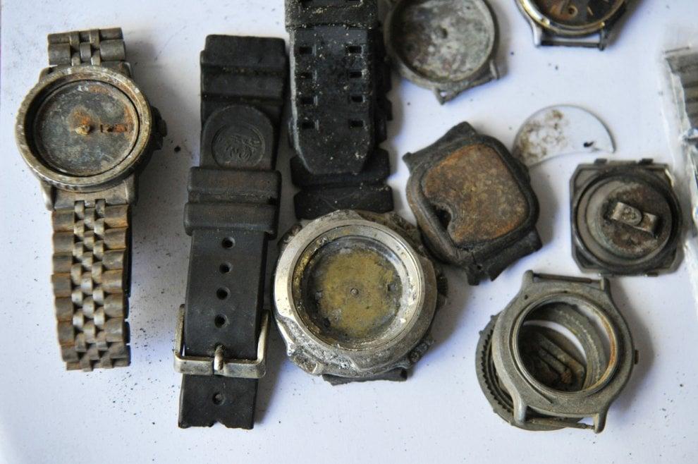 Livorno, gli oggetti recuperati dalla Moby Prince e resistitui all'associazione dei familiari