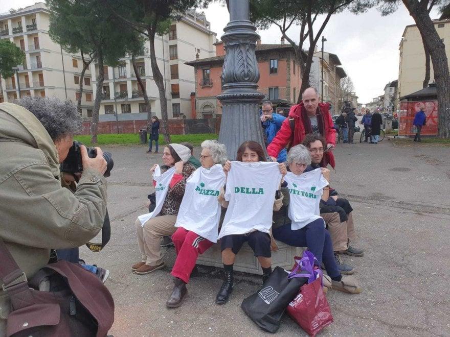 Firenze, no all'abbattimento dei pini di piazza della Vittoria: continua la protesta dei residenti