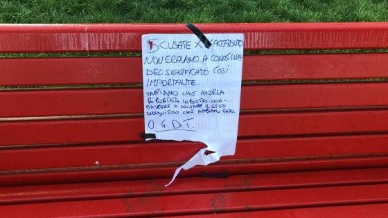 """Firenze, riconsegnano la panchina rossa rubata con un biglietto di scuse: """"Non sapevamo fosse contro il femminicidio"""""""