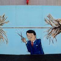 Renzi, il Pd e il M5s: a Pietrasanta il tiro alla fune nel governo diventa un murale