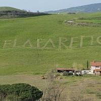 """Toscana coronavirus, Volterra, il messaggio scritto sull'erba: """"Ce la faremo"""""""