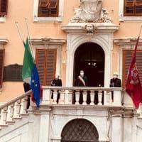 Toscana, il silenzio dei sindaci davanti alla bandiera per le vittime del coronavirus