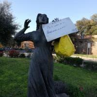 Coronavirus, Pisa; la borsa del pane solidale appesa alla statua