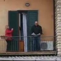 Coronavirus, Montale alle 18 il tenore si affaccia al balcone e canta
