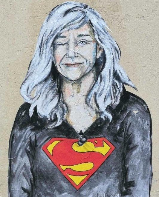 Come Superwoman: l'omaggio per Giovanna Botteri su un muro di Firenze