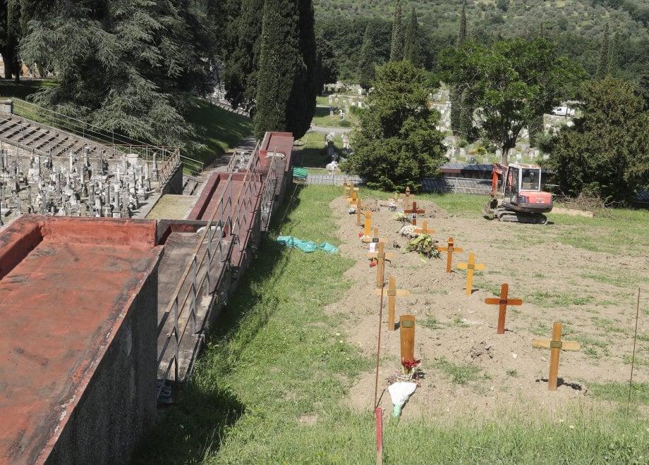 Trespiano, in un pendìo le tombe delle vittime del Covid-19