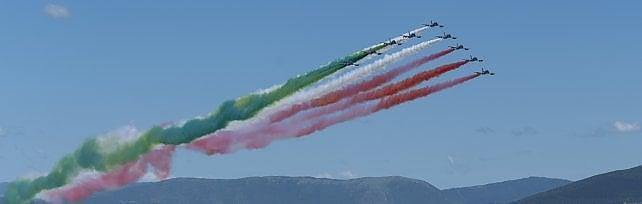 Firenze, folla al piazzale Michelangelo e sui ponti per le Frecce Tricolori -  foto     Il video del passaggio     Il video della folla: addio distanze
