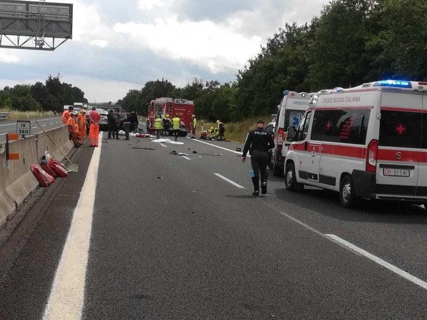 Auto tampona un tir e finisce contro un'altra vettura in A1: 4 morti, due sono bambini