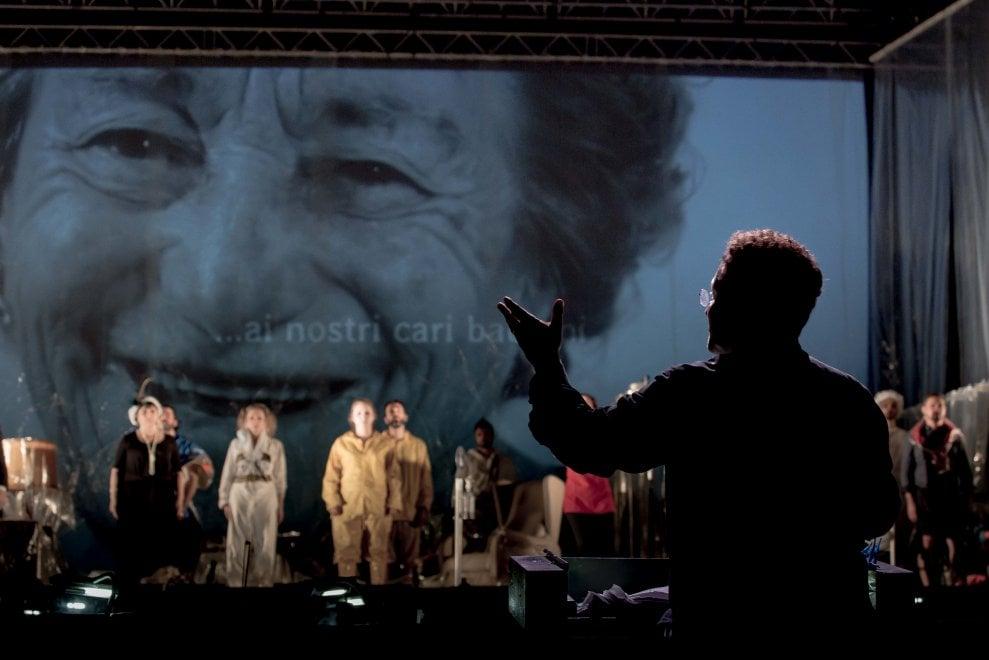 Viareggio, cantanti in mascherina sul palco dell'opera