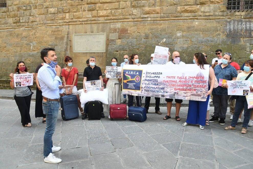 Firenze, albergatori in piazza per protesta