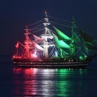 La Vespucci si mette il tricolore davanti al porto di Genova