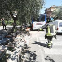 Firenze, l'autista di un bus ha un malore e urta auto in sosta
