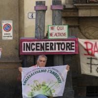 Con cartelli e ciminiere di cartone per dire no al gassificatore Eni di Livorno
