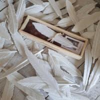 """Pietrasanta: l'artista mette in vendita le """"sue"""" piume di marmo"""