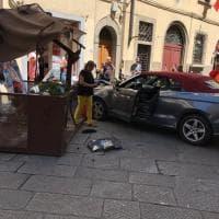 Firenze, con l'auto travolge il gazebo di un bar: un ferito