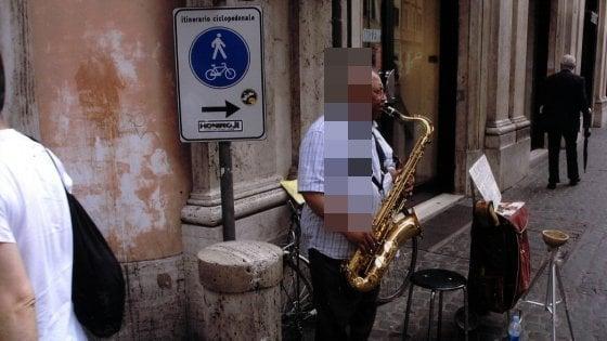 Facevano suonare il sax al figlio di 10 anni per chiedere l'elemosina: multati a Firenze