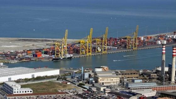 Livorno, cinque migranti in fuga, si tuffano dal traghetto. Uno salvato, non sapeva nuotare