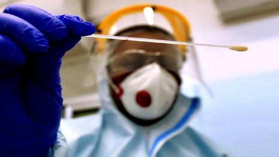 """Lucca, la rabbia dell'infermiera: """"Voi senza mascherina io qui con lo scafandro... meritate l'estinzione"""""""