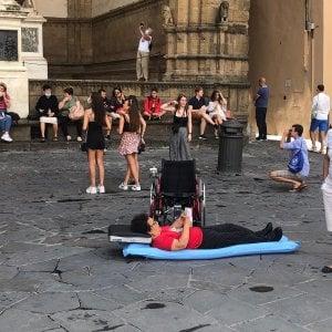"""Disabili, protesta davanti Regione Toscana: chiedono più fondi. Grillo: """"Hanno ragione"""""""