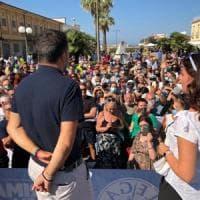 """Viareggio, Salvini contestato dal maestro Veronesi: """"Non si scherza sull'antifascismo"""""""