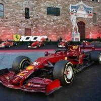 """Mille gran premi, festa Ferrari in piazza della Signoria a Firenze, Elkann: """"Un traguardo mai raggiunto da nessuno"""""""