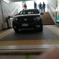Firenze, scambia la discesa ai binari per il parcheggio e l'auto finisce giù