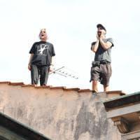 Firenze, sgomberano la palazzina e due salgono sul tetto per protesta, caos traffico
