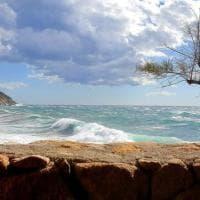 Isola d'Elba, dopo la pioggia il mare in tempesta sembra un quadro