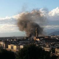 Firenze, un'alta colonna di fumo in piazza Strozzi