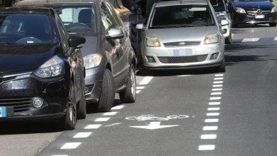 """Firenze, corsie ciclabili invase dalla sosta selvaggia: """"Fate più controlli"""""""