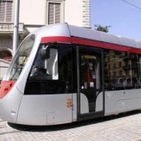 Firenze, picchiato alla fermata del tram perchè prova a riprendersi lo