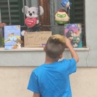 Jacopo, 8 anni, i suoi giochi alla finestra in dono ai bambini bisognosi