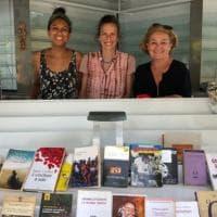La sfida di Cristina, ex giornalista salva un'edicola a Marina di Pietrasanta