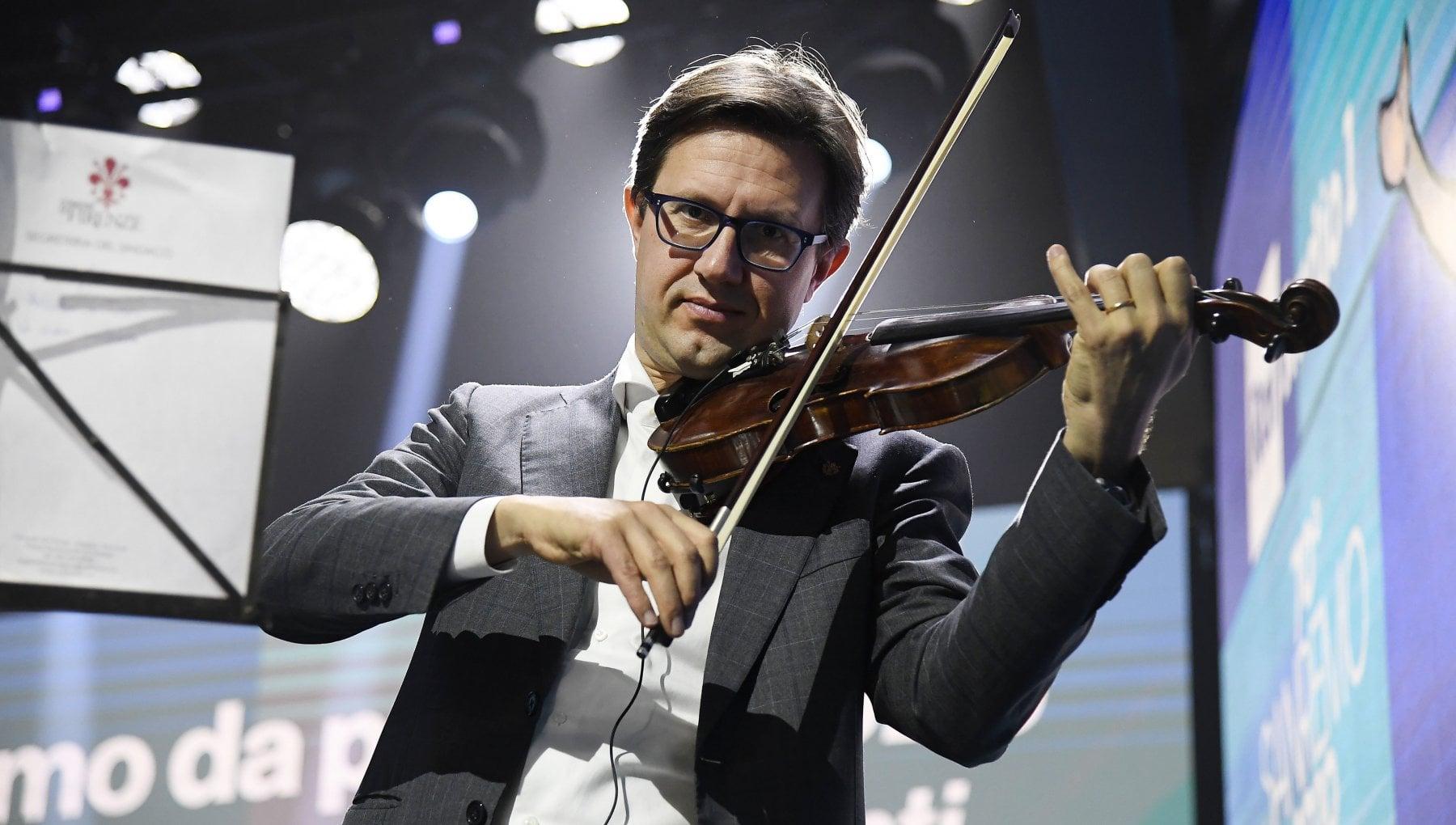 174412108 a4e68d4f a6a5 4d07 880b d61cc9a7baed - Il sindaco Nardella suona il violino alla serata di beneficenza, al tavolo c'è anche Paolo Berlusconi