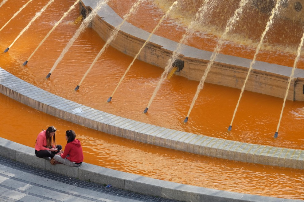 Sclerosi multipla, la giornata mondiale colora la fontana in arancione