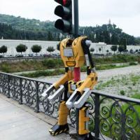 Il semaforo si fa robot, un sorriso sul ponte