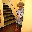 Muore sulle scale, il labrador la veglia e allerta i vicini