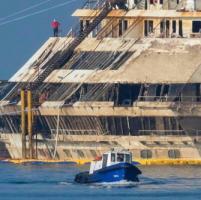 L'ultimo equipaggio della Costa Concordia, 10 marittimi per un relitto