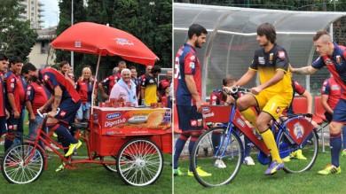 Perin e Sturaro in bici per le foto del Genoa