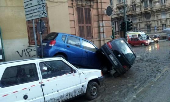 Genova, la nuova alluvione, una vittima a Borgo Incrociati, scuole e strade chiuse