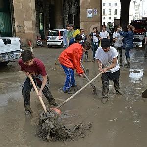 Studenti, immigrati rugbisti e calciatori: gli angeli del fango nella città sott'acqua