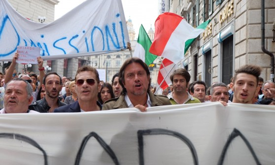"""Genova, """"via Burlando e Doria, licenziamoli"""", Cristiano De André e Baccini guidano il corteo"""