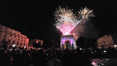Piazza della Vittoria  prende fuoco /  ft   -   vd     mentre il 'Doge' Doria incendia il  Confeugo