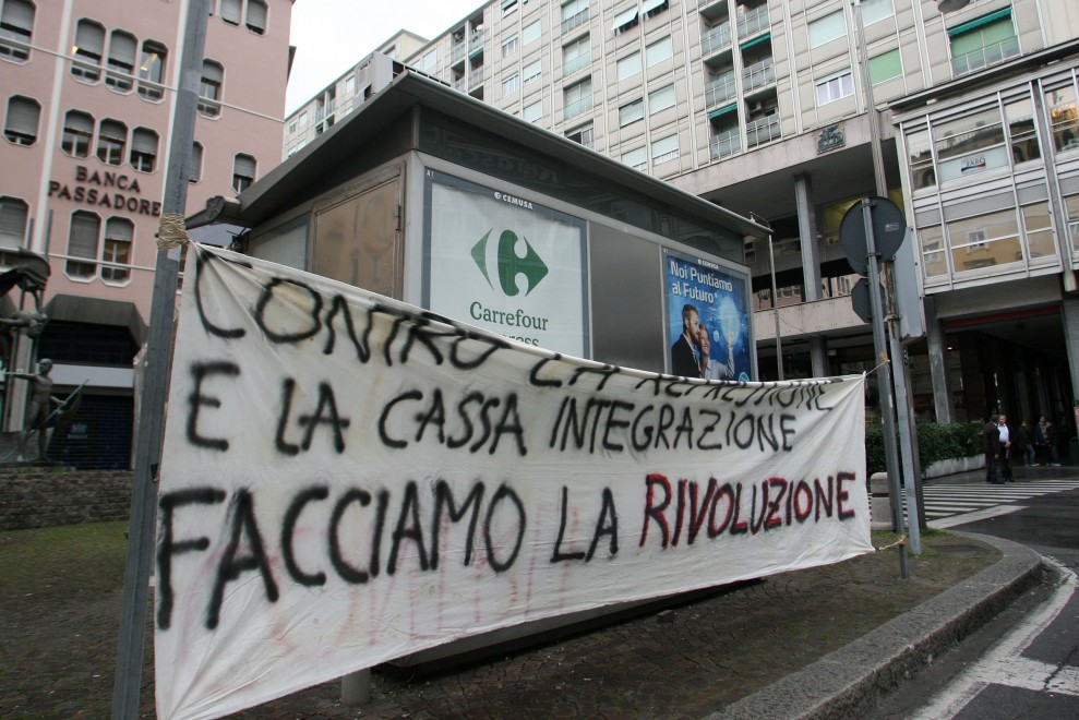 Piccapietra, striscione di protesta davanti a statua Guido Rossa